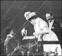 Dorando Pietri riceve la coppa d'argento dalla regina Alessandra