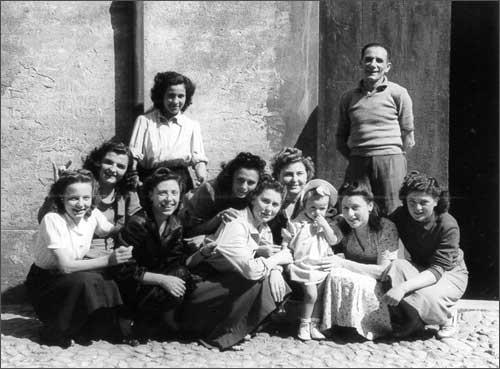 Maria Bigarelli attorniata dalle maestranze agli esordi della sua impresa - foto Gasparini 1950